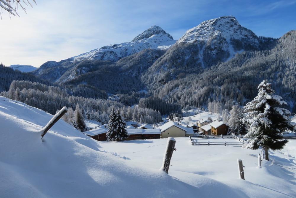 das Dorf Sur mit Piz Platta
