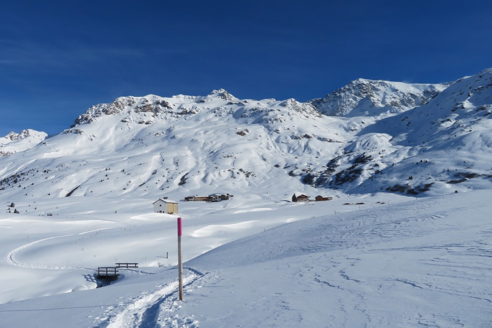 auf der Alp Flix ;  Son Roc Kapelle 1970m;  Piz d'Err 3378m, Piz d'Err Pitschen  3308m, Piz Calderas 3397m