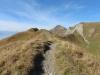 der Pfad auf dem Grat: Brienzer Rothorn 2350m; re Arnihaggen