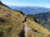 auf dem Rückweg;  ein Pfad im steilen Abhang der Drei Kapuziner