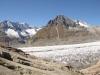 der Aletschgeltescher fliesst; Zenbächenhorn 3386m, Geisshorn 3740m,  Sattelhorn 3724m, Olmenhorn 3314m, Dreieckhorn 3811m, Jungfrau 4158m