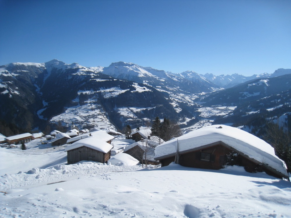 Blick auf Furna  Dorf; Chüenihorn 2413m, Alpbüel  2022m, Rätschenflue 2703m,  Geisshorn 2271m, Gr. Seehorn 3122m, Kl. Seehorn 3932m, Schildflue 28887m, Aelpeltispitz 2686m, Verstanclahorn 3298m, Capütschin 3232m
