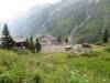 Ein Blick hinunter zur Postautohaltestelle Gammagletscher
