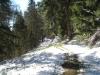 breiter Weg teils verschneit