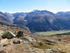 Blick hinunter auf Oberwald; mi Pizzo Gallina 3060m, Mittagshorn 3015m
