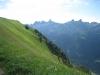 ein steiler Abhang; Rupperslaui Stöckli 2232m, Blüemberg 2383m, Chronenstock 2451m, Chaiserstock 2515m, Chammliberg 3214m, Fulen 2491m, Rossstock 2461m