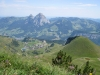 Blick hinunter auf das Dorf Stoos mit den beiden Mythen