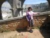 Marianne vor dem Amphitheater von Pula