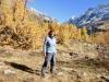 Marianne in der Herbstlandschaft des Lötschentals