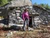 Marianne vor der Steinhütte  beim Manoboden