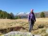 Marianne  am Mässersee 2130m; es weht eine kalte Bise; Fusshörner, Grosses Fusshorn 3626m, Rotstock 3701m, Geisshorn 3740m, Zenbächenhorn 3386m, Rothorn 3271m, Aletschhorn 4195m