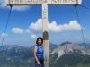 Marianne  vor dem Gipfelkreuz auf dem   Augstenberg 2359m