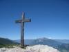 das Gipfelkreuz Pizalun 1478m; Churfirsten, Sichelchamm 2269m, Gonzen 1829m, Gamsberg 2384m, Gauschla 2310m