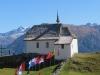 Kapelle auf der Bettmeralp ; re Vorderer Helsen 3106m, Helsehorn 3372m
