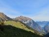 Blick hinunter ins  Isenthal; li Gandispitz 1996m, Schwalmis 2246m