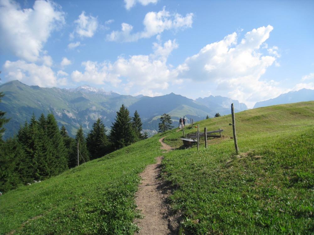 der Wanderweg zum Stelsersee; re Girenspitz 2394m, Kirchlispitzen 2551m