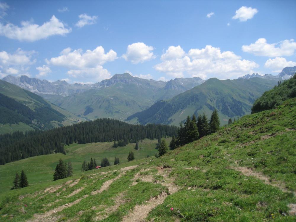 Sicht von Alp Valpun 1882m auf: Schijenflue 2625m, Stock 2484m, Sarotlaspitz 2564, Rotspitz 2571m, Schollberg 2570m, vo re Eggberg 2202m