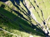 ein spezieller Weg durch den Steilhang mit Grasrippen des Wallengrabens