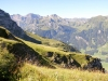 Blick  von der Walenegg 1936m hinunter zur Walenalp 1673m; Hanghorn 2679m, Wild Geissberg 2676m, Nünalphorn 2384m, Widderfeldstock 2351m; Storeggpass