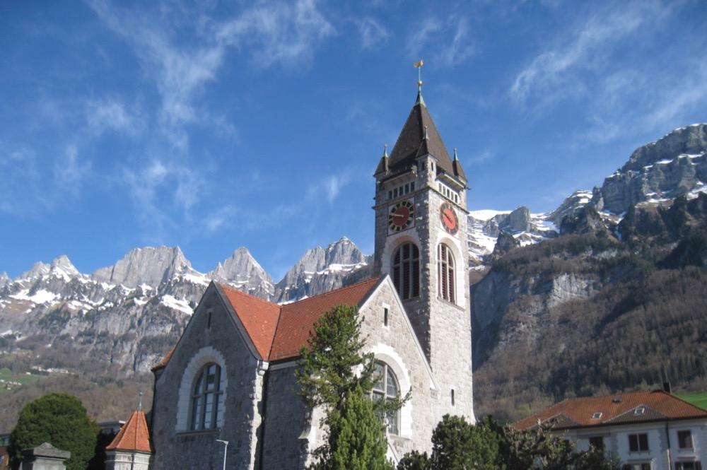 Kirche von Walenstadt mit Churfirsten; Frümsel 2276m, Brisi 279m, Zuestoll 2235m, Schibenstoll 2236m,  Hinderugg 2306m