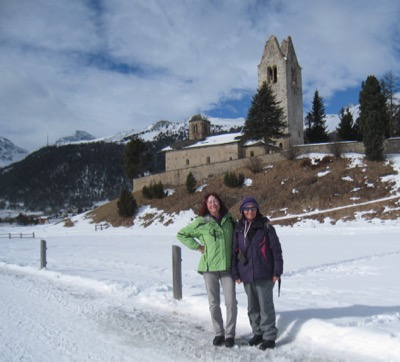 Bruni und Marianne vor der Kirche San Gian in Celerina